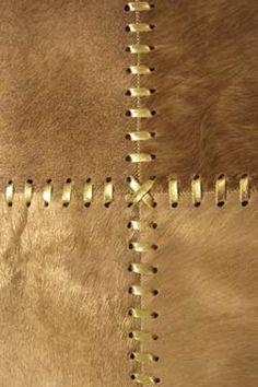 Tapis peau beige Buenos Aires coutures cuir doré 120x180. Santelmo.