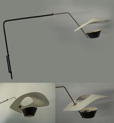 Pierre GUARICHE Grande applique modèle « cerf-volant », à bras réglable et orientable en métal laqué noir et laiton, déflecteur en métal perforé laqué blanc et cache-ampoule en métal laqué noir et blanc. 1953 – Edition Disderot