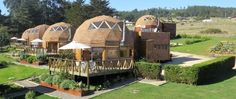 Imagen relacionada Geodesic Dome Homes, Glam Camping, Log Home Floor Plans, Dome House, Log Homes, Outdoor Activities, Habitats, Sweet Home, House Styles