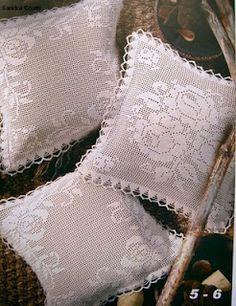 Filet crochet pillow with diagram Mais Filet Crochet, Crochet Motifs, Crochet Chart, Thread Crochet, Crochet Doilies, Crochet Lace, Crochet Patterns, Crochet Pillows, Crochet Cushion Cover