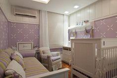 Projeto de Gorete Colaço para quarto de 14 m² cria um corredor funcional, que dá acesso ao berço, poltrona, trocador e cama