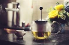 The health benefits of drinking herbal tea include reduction of anxiety, inflammation and even nausea. Try green tea, ginger tea, chamomile tea, or even thyme. Herbal Remedies, Home Remedies, Natural Remedies, Health Benefits, Health Tips, Health Guru, Ginseng Benefits, Women's Health, Health Fitness