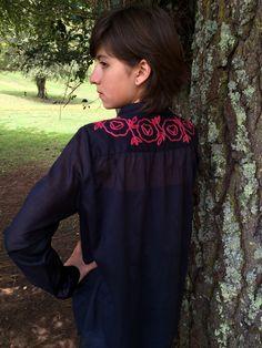 Blusa Hortencia con motivos de flores bordadas a mano por mujeres artesanas de San Juan Chamula.