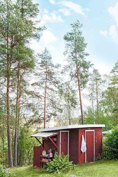 Kika in i författaren Katarina Wennstams sommarparadis Red Cottage, Cabin, Architecture, House Styles, Home Decor, Arquitetura, Homemade Home Decor, Interior Design, Cottage