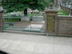 Benjamin Franklin's grave in Philadelphia, Pennsylvania. Places Ive Been, Places To Go, Benjamin Franklin, Pennsylvania, Philadelphia, Bucket, Deck, City, Outdoor Decor