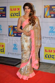 Priyanka Chopra is seen here at the Zee Cine Awards She was felicitated with the International Icon Award this time. Bollywood Celebrities, Bollywood Fashion, Indian Dresses, Indian Outfits, Indian Bridal Wear, Indian Wear, Saree Blouse Designs, Sari Blouse, Party Sarees