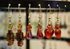 Itsetehtyjä korvakoruja eri muotoisista lasihelmistä
