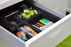 Tips to Efficiently Organize Your Desk Drawers Desk Organization Tips, Stationary Organization, Classroom Organization, Classroom Decor, Messy Desk, Drawer Organisers, Organize Your Life, Neat And Tidy, Desk With Drawers