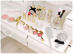 No photo description available. Barbie Doll Accessories, Dollhouse Accessories, Miniature Crafts, Miniature Dolls, Clay Miniatures, Dollhouse Miniatures, Mini Makeup, Mini Craft, Cute Polymer Clay