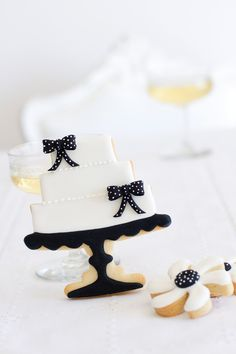 "Galletas - Cookies - Black & White Wedding Cake Cookie from the book of Patricia Arribálzaga: ""Cupcakes, Cookies & Macarons de Alta Costura"" Fancy Cookies, Iced Cookies, Cute Cookies, Royal Icing Cookies, Cupcake Cookies, Sugar Cookies, Cookies Et Biscuits, Wedding Shower Cookies, Wedding Cake Cookies"