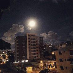 > La luna se veía enorme