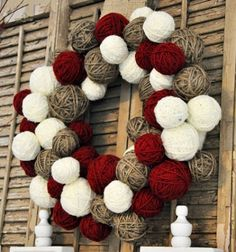 ❤ Yarn ball christmas wreath - Mindy ❤ This is a gorgeous christmas wreath made from newspaper and a little yarn. Brilliant christmas craft idea and oh so easy to make! (And also cheap, because you don't need to use full yarn balls!)