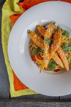 Szezámos sült sárgarépa - pirított tésztával | Vegetáriánus és laktózmentes ételre vágysz? Akkor ezt a finomságot neked ajánljuk: ízélményével kényeztet és új színt hoz a konyhádban. A fogás alapját a szezámmag adja, melyet egyesek a Szunda-szigetekről (Maláj-szigetvilág) míg mások Indiából származtatnak. A hindu mitológiában a halhatatlanság egyik jelképe. Lehet nem indokolatlanul, hiszen amellett, hogy hétszer annyi kálciumot tartalmaz, mint a tehéntej, számos vitamin és ásványi anyag… Carrots, Vegetables, Food, Essen, Carrot, Vegetable Recipes, Meals, Yemek, Veggies