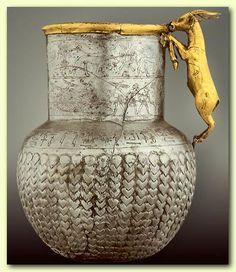 Museo de El Cairo. Vaso de plata y oro, hallado en Tell Basta