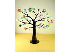 Un arbre à bijoux multicolore, fleuri et design en fer forgé. - Artisanat équitable