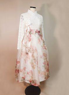 Skirt Outfits Modest, Dress Outfits, Fashion Outfits, Korean Dress, Korean Outfits, Traditional Fashion, Traditional Dresses, Modern Hanbok, Frack