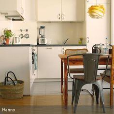 Der Blick In Die Kleine Küche. Trotzdem Ist Platz Für Einen Essplatz Mit  Tollen Gemixten Stühlen! Thonet, Tolix Und Co Reihen Sich Um Den Tisch!