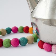 Let your kids make happy trivets of wool beads. Tutorial in Swedish. #craftgawker