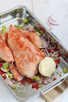 Kip met kruidenboter en groente in een braadzak