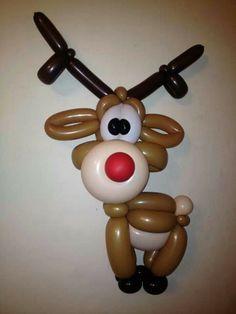 Divertido reno de Navidad hecho con globos   -   Funny Christmas reindeer made with balloons.