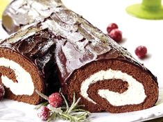 YULE LOG: A chocolate Yule Log is the most impressive dessert you can serve during the holiday season. It is not simple to make a Yule Log but this recipe using Betty Crocker devil's food cake mix makes the preparation much easier. Betty Crocker, Impressive Desserts, Delicious Desserts, Sweet Desserts, Chocolate Yule Log Recipe, Chocolate Log, Yule Log Cake, Food Log, Holiday Recipes