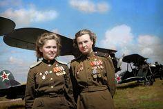 """Dos oficiales en la 588° """"Noche de Brujas"""" Regimiento de Bombarderos; La unidad femenina más importante de la Unión Soviética de la Primera Guerra Mundial. Ellas solo volaban biplanos y cada piloto femenino iba en al menos hasta 800 misiones"""