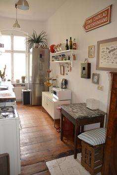 Schöne Küche in Berlin mit Holzdielenbiden und großem Fenster.  3-Zimmerwohnung in Berlin Prenzlauer Berg.  #Küche #kitchen #Altbau
