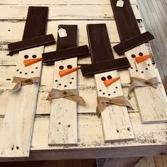 Pallet Snowman, Pallet Wood Christmas, Christmas Wood Crafts, Outdoor Christmas, Christmas Snowman, Rustic Christmas, Christmas Signs, Christmas Projects, Simple Christmas