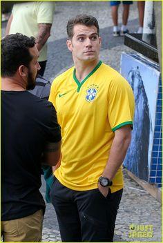 henry-cavill-wears-customized-brazil-soccer-jersey-11.jpg Clique na imagem para fechar a janela