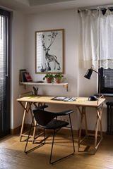 這是建築師 Alena Yudina 的公寓設計作品,以純白磁磚搭配木材質表現出日式簡約的風格,實在很令人喜愛。選用不繁複的家具,用適當綠意營造輕鬆自在的氛圍,讓人身處其中毫無壓力。 via Alena Yudina