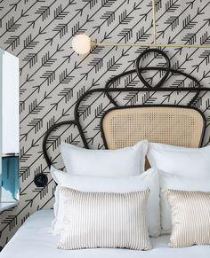 papier peint graphique simple flèches noires sur un fond blanc, lit metallique noire, linge blanc et beige