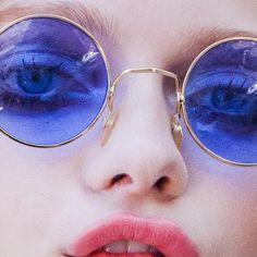 Óculos com lente colorida são os acessórios da vez - Veja famosas apostam  na tendência 1471e38fc3