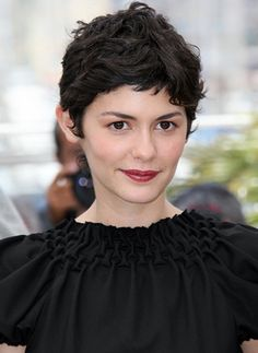 Anne Hathaways Long Pixie Hairstyle Learn How To Cut This - Classic pixie hairstyle