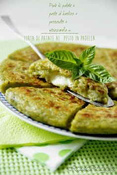 Torta di patate al pesto ღϠ₡ღ✻↞❁✦彡●⊱❊⊰✦❁ ڿڰۣ❁ ℓα-ℓα-ℓα вσηηє νιє ♡༺✿༻♡·✳︎· ❀‿ ❀ ·✳︎· SAT Aug 2016 ✨ gυяυ ✤ॐ ✧⚜✧ ❦♥⭐♢∘❃♦♡❊ нανє α ηι¢є ∂αу ❊ღ༺✿༻♡♥♫ ~*~ ♪ ♥✫❁✦⊱❊⊰●彡✦❁↠ ஜℓvஜ Potato Recipes, Veggie Recipes, Vegetarian Recipes, Cooking Recipes, Healthy Recipes, Potato Pie, I Love Food, Good Food, Yummy Food