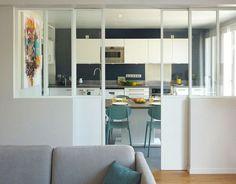 Une verrière d'intérieur sépare le séjour de la cuisine dans cette maison familiale. Plus de photos sur Côté Maison http://bit.ly/1R27w6e