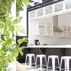 That's one MASSIVE window! Love it.. Actually there's a bucket load of things to love about this image... 1. Paint colour 2. The subway tiles in kitchen 3. Servery 4. The contrasting white of windows and finally 5. The pergola (white of course!) #threebirdsrenoinspo #nestinginnorthmeadrenofour  via @theoutdoorstylist