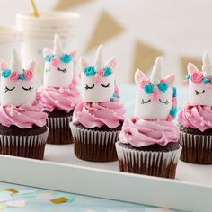 What makes chocolate cupcakes even better? Unicorns, of course! These adorable Magical Marshmallow Unicorn Cupcakes feature cute pink and teal unicorns made of marshmallows. A sweet treat for a baby…More Piniata Cake, Cupcake Toppers, Cupcake Cakes, Cupcake Frosting, Cupcakes Lindos, Cupcakes Decorados, Salty Cake, Candy Melts, Unicorn Birthday Parties