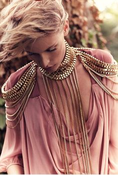 this is such a pretty chain harness, omg! and the best thing is that it is sort of diy-able, right? (via :::: OutsaPop Trashion ::::: The perfect thing) Trend Fashion, Fashion Details, Diy Fashion, Ideias Fashion, Womens Fashion, Gold Fashion, Fashion Vintage, Ladies Fashion, Fashion Beauty
