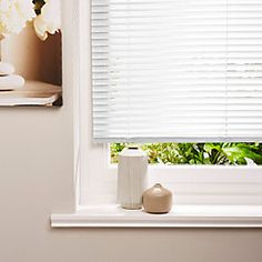 This Colours aluminium white plain venetian blind is ideal for a variety of interior decor styles, including bathrooms, kitchens & humid areas.