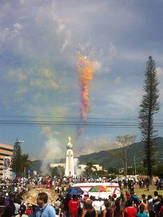 El Salvador - Cuetes de vara y colores en el inicio de las Fiestas Patronales de San Salvador 2012, conocidas como Fiestas Agostinas / suchitoto.tours @gmail.com