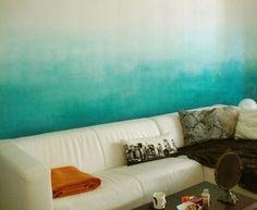Wandgestaltung Wohnzimmer Mit Silbernen Tabletts Und Wandfarbe ... Wandgestaltung Wohnzimmer Blau