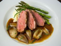 Andebryst med bakt løk, asparges og potet- og sellerimos Tuna, Poultry, Nom Nom, Steak, Roast, Food And Drink, Pork, Turkey, Fish