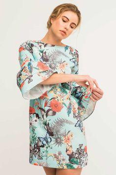 Precioso vestido corto azul claro con manga francesa de volantes, de tejido otoman, con estampado de mariposas y flores. En #Apparentia puedes comprar vestidos de boda para invitadas muy originales