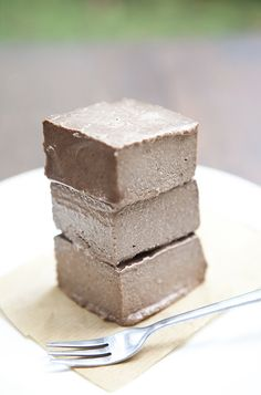 What helps us to cool down on a hot summer day? Ice cream, of course! Or chocolate banana fudge straight from the freezer. It`s hard to believe there are just four main ingredients. Simple. Faultless. Devastatingly delicious. This is a vegan version of the dessert without eggs and milk.