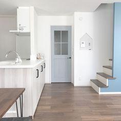 Kitchen/アクセントクロス/ホワイトオーク/LIXIL/リビング内階段/ファミリーラインパレット...などのインテリア実例 - 2018-01-15 05:37:44   RoomClip (ルームクリップ) Kitchen Interior, Room Interior, Korean Apartment Interior, House Made, Kidsroom, House Painting, Home Decor Accessories, Stairs, Cabinet