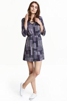 Fűzős ruha: Viszkózszövet ruha V-nyakkal, felül fűzővel, bő hosszú ujjal, derekán elasztikus varrattal. Béleletlen.