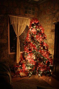 """♫♪♫ Navidad - Kenny G ♫♪♫  Este fin de semana comenzamos a """"nutrir"""" de regalos el pie del árbol de navidad de la casa.  Ya Rebecca comenzó la cuenta regresiva -en un calendario sobre el refrigerador- hasta la navidad.  ¡Que en esta época y siempre, recibas lo mejor!"""