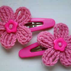 A pair of hair clips with crochet flowers/ PINK lilly, green frog
