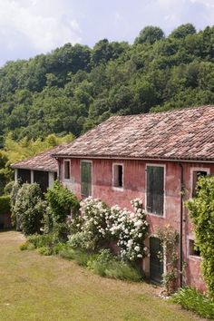 The soft colour of the terracotta painted exterior and tiled roof of this century Italian country villa stand out against the lush green hillside Italian Home Decor, Rustic Italian, Italian Country Decor, Italian Farmhouse, Country Life, Country Style, Country Houses, Garden Trees, Architecture