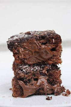 We are excited to bring you some of our favorite dessert recipes that work for a keto diet! With a focus on a low-carb and high-fat diet, we have lots of keto friendly dessert recipes to help you stick to your goals (whatever they may be)! Low Carb Chocolate, Chocolate Desserts, Cake Chocolate, Sweets Recipes, Cake Recipes, Keto Recipes, Yummy Treats, Yummy Food, Bagan
